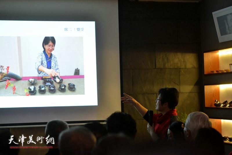 """台湾艺术家林映汝女士介绍""""木叶天目""""釉烧技法以及陶艺空灵的慈悲自性。"""