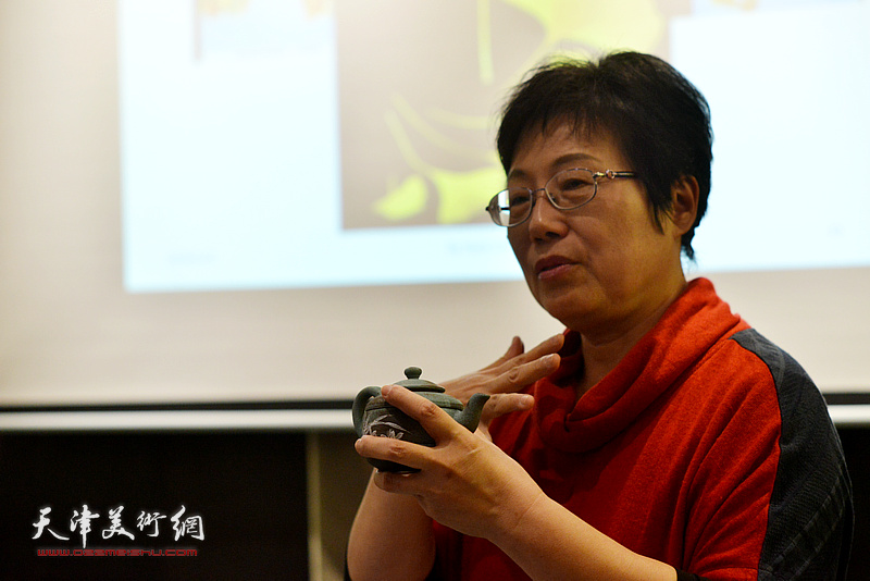 """台湾艺术家林映汝女士在现场介绍""""木叶天目""""釉烧技法以及陶艺空灵的慈悲自性。"""