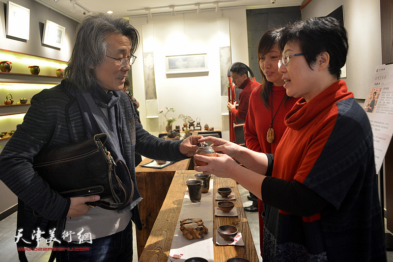 台湾艺术家林映汝向赵均介绍她制作的陶艺。