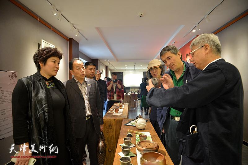天津市陶瓷商会会长王永才了解林映汝制作的陶艺。