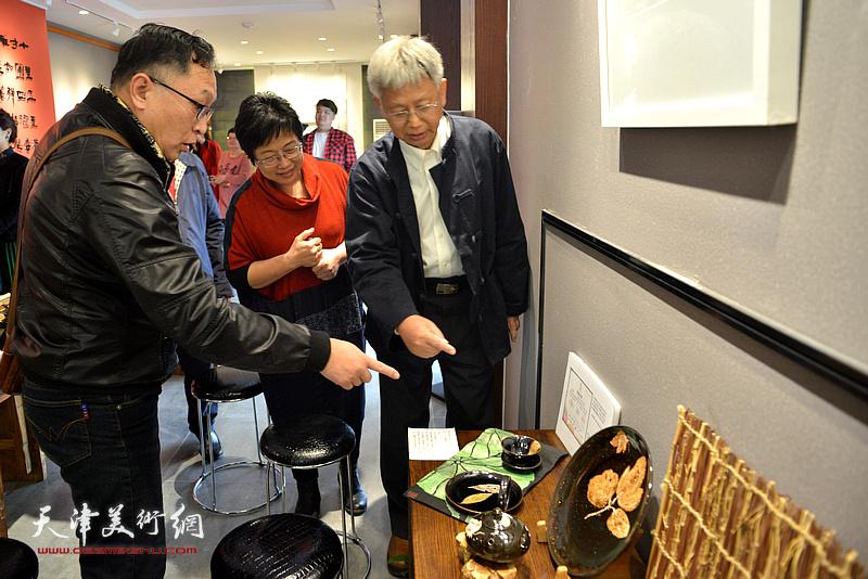 林映汝向来宾介绍她制作的陶艺。