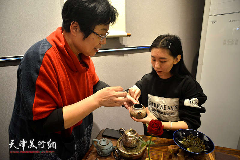 林映汝向茶师传授泡茶的要领。