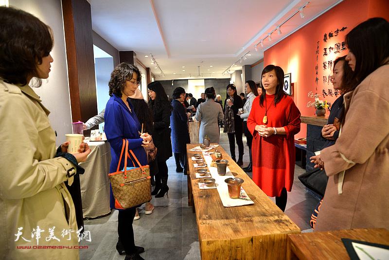 蔡芷羚向来宾介绍林映汝的陶艺艺术。