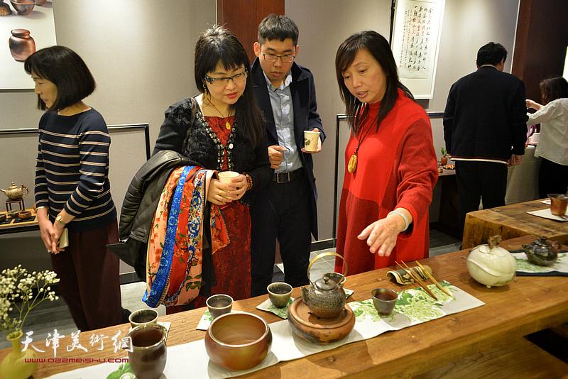 蔡芷羚向来宾介绍林映汝的陶艺。