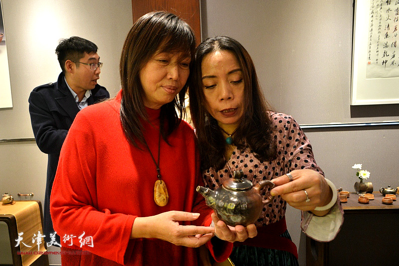 蔡芷羚与郑淋欣赏林映汝的陶艺。