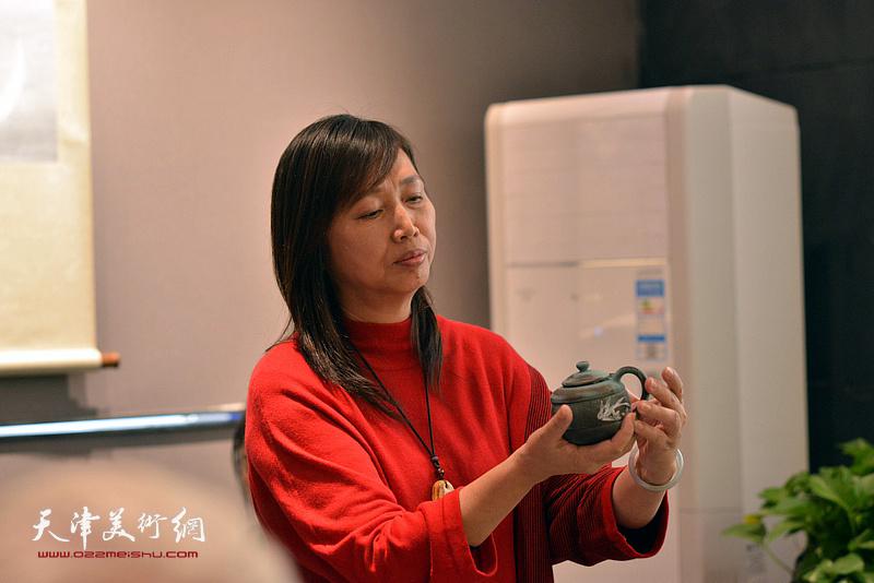 蔡芷羚在欣赏林映汝的陶艺。