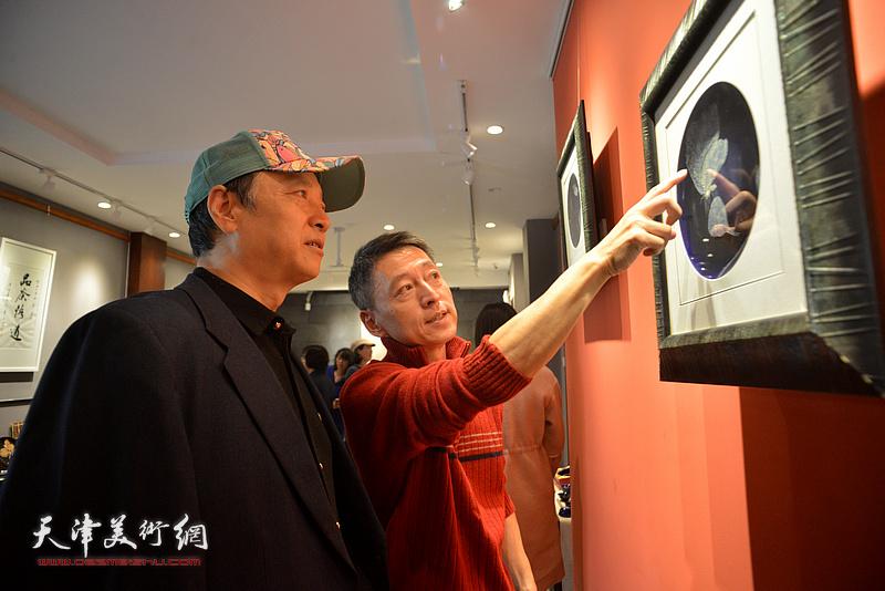 林锦彬向来宾介绍林映汝的陶艺作品。