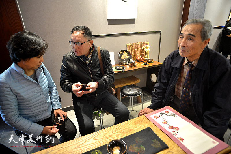 来宾在现场欣赏林映汝的陶艺作品。