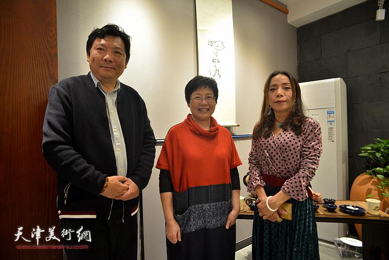 林映汝与秀夫、郑淋在陶艺作品展现场。