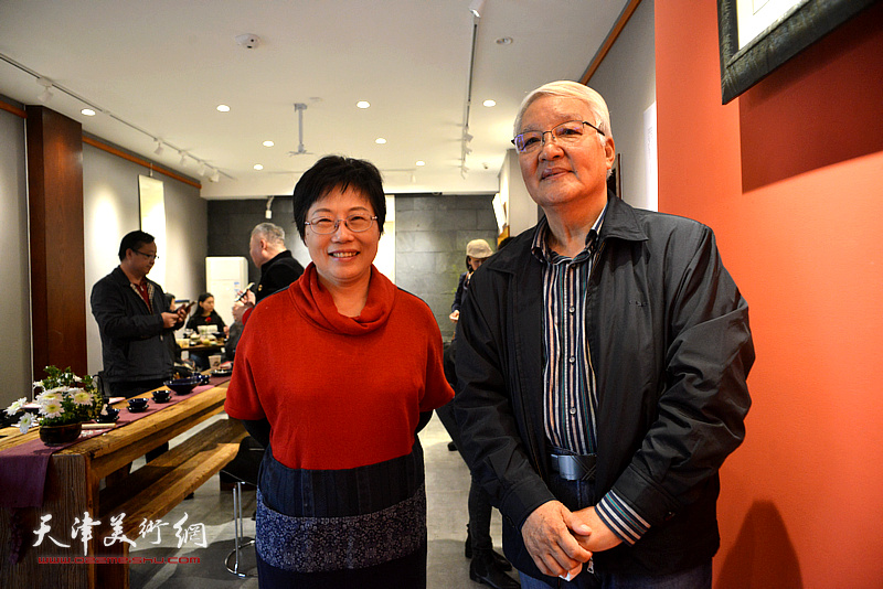 林映汝与康军在陶艺作品展现场。