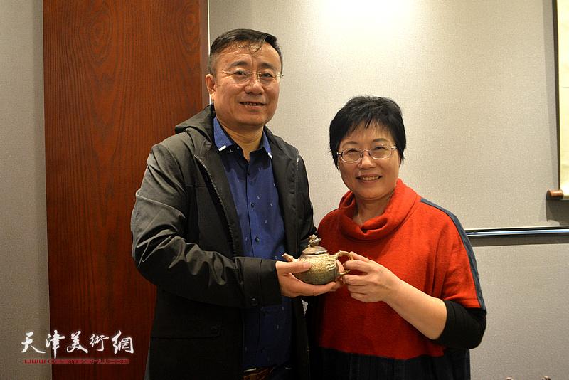 林映汝与丁子谦在陶艺作品展现场。