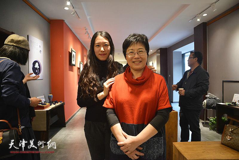 林映汝与刘彦均在陶艺作品展现场。