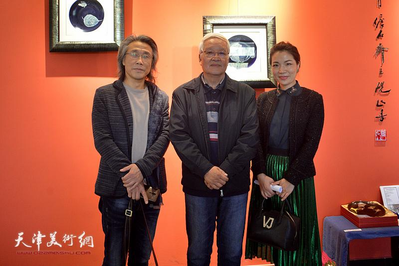 康军、赵均在陶艺作品展现场。