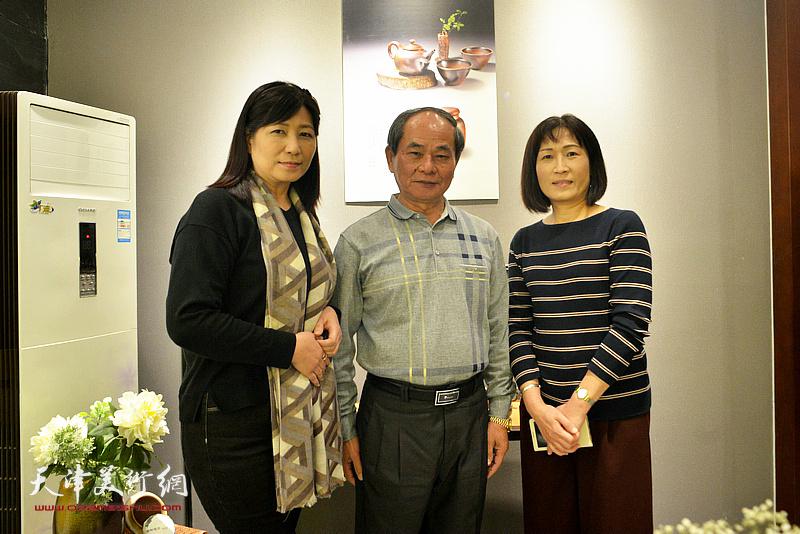 黄瑞兴与来宾在陶艺作品展现场。