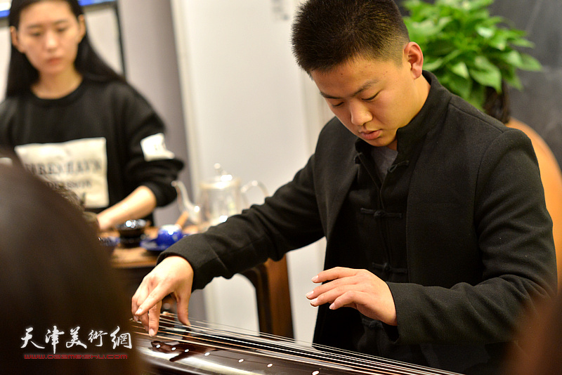 """""""乐器张""""的年轻琴师现场演奏传统古曲助兴。"""