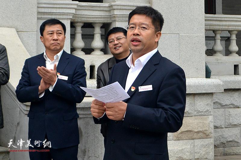 天津市文物公司副经理姜伯国主持书画展开幕仪式。