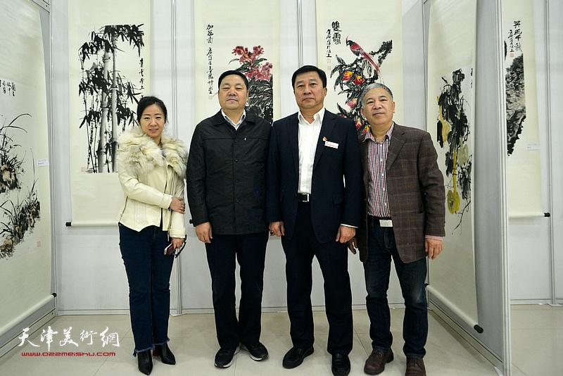 史毓春、刘光欣、金石在画展现场。