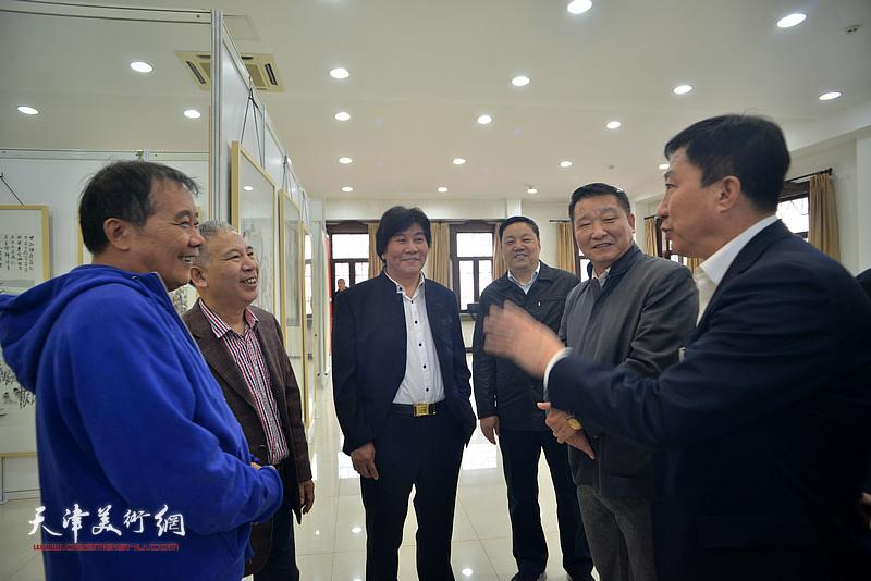史毓春、刘光欣、何荣洪、高学年、皮志刚、金石在画展现场交流。
