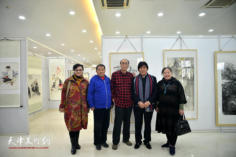 张学强、何荣洪、高学年与王蔓榕等在画展现场。