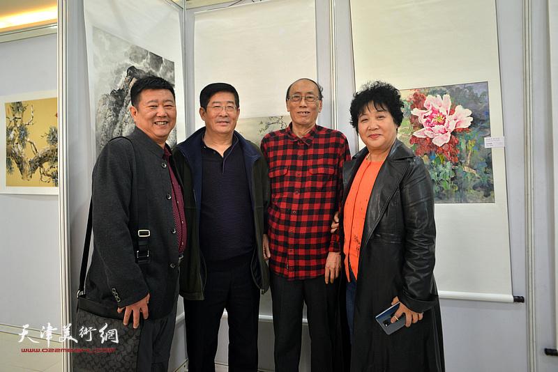 张学强、李学俭、刘经章、张斌在画展现场。