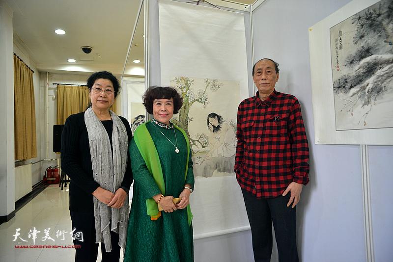 张学强、史玉、张永敬在画展现场。