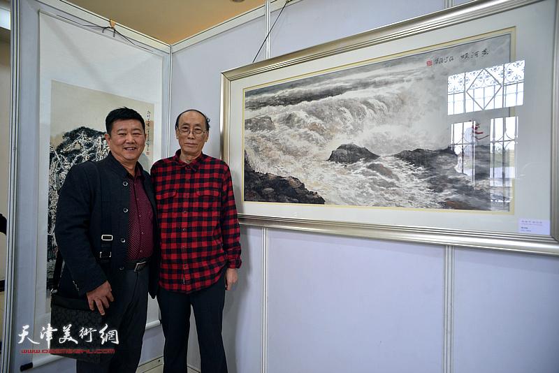 张学强、刘经章在画展现场。