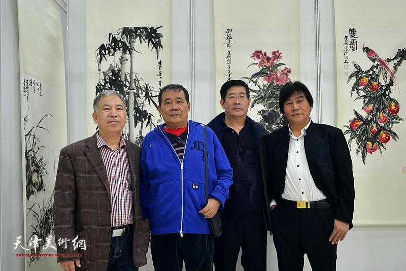左起:金石、何荣洪、李学俭、高学年在画展现场。