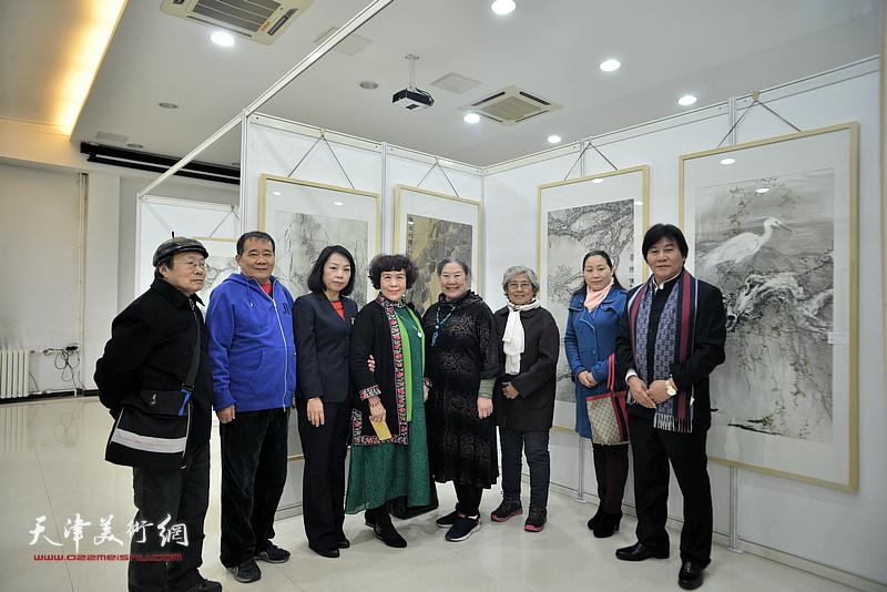 何荣洪、高学年、史玉与来宾在画展现场。
