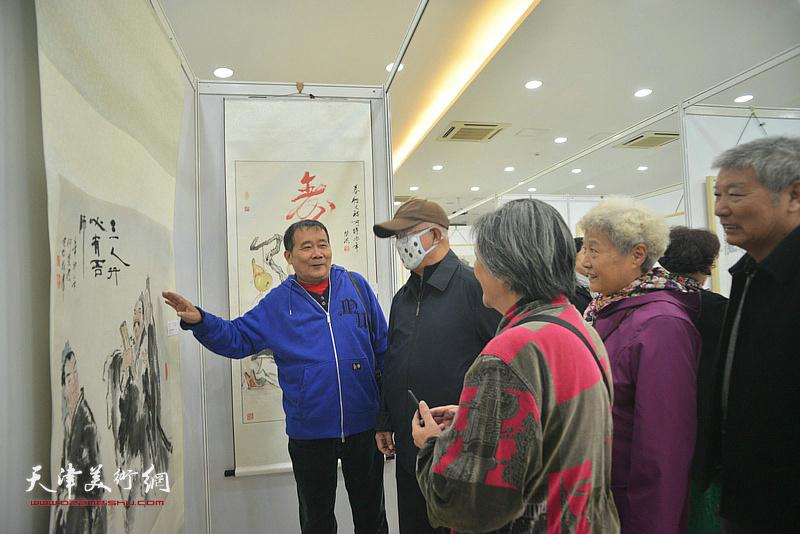 何荣洪与观众在画展现场。
