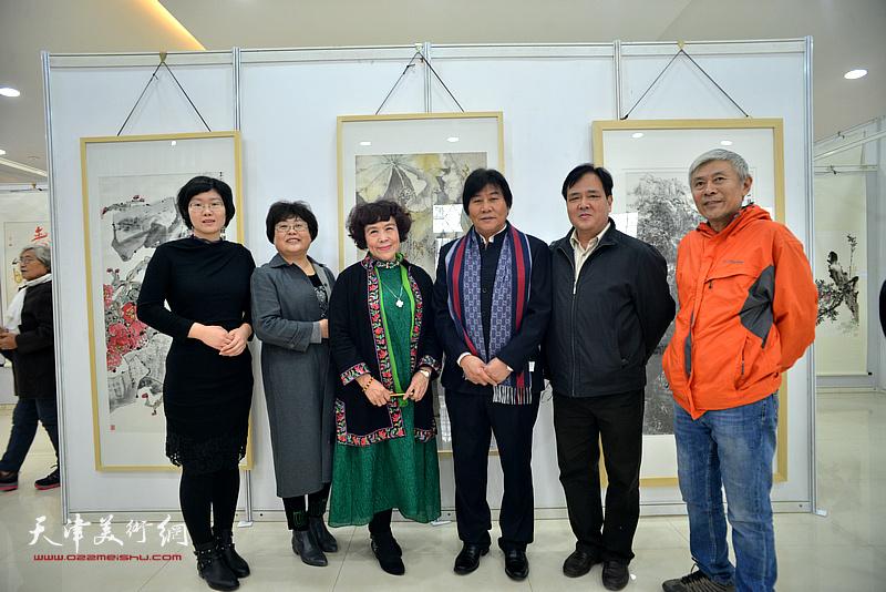 高学年、史玉、王榕、石丽娜、郑启和、田延军在画展现场。