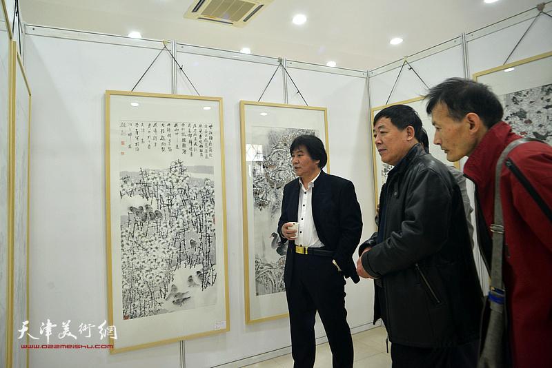 高学年、孙敬山等在画展现场。