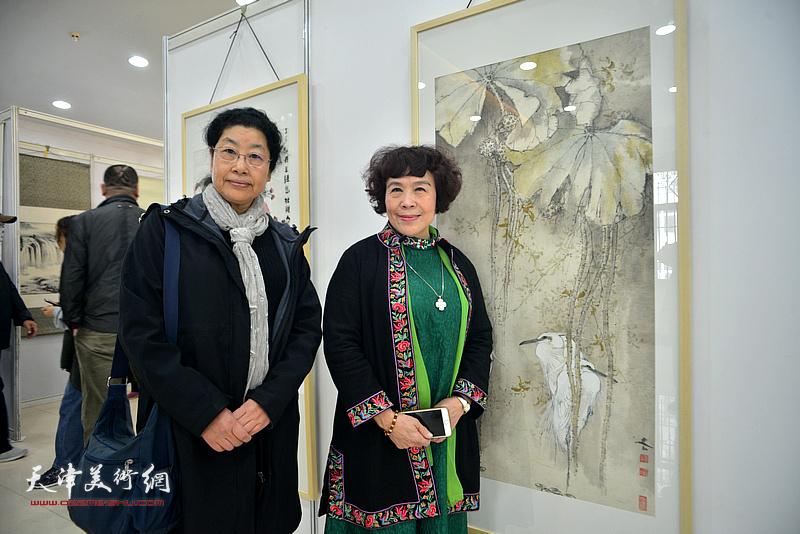 史玉、张永敬在画展现场。