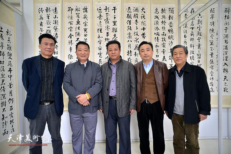 皮志刚、王鸿鑫与戴照林、杜钧、李宝志在画展现场。