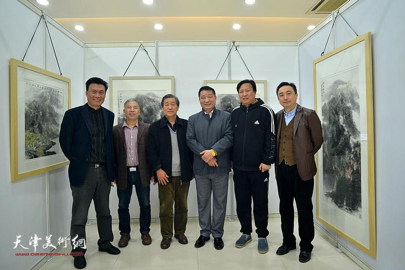 皮志刚、金石与戴照林、王连宏、杜钧、李宝志在画展现场。