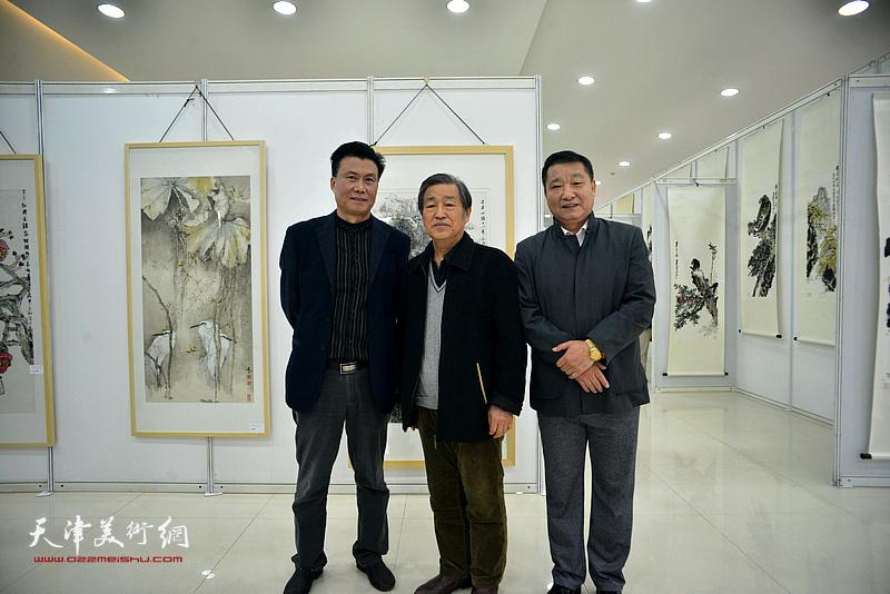 皮志刚与戴照林、李宝志在画展现场。