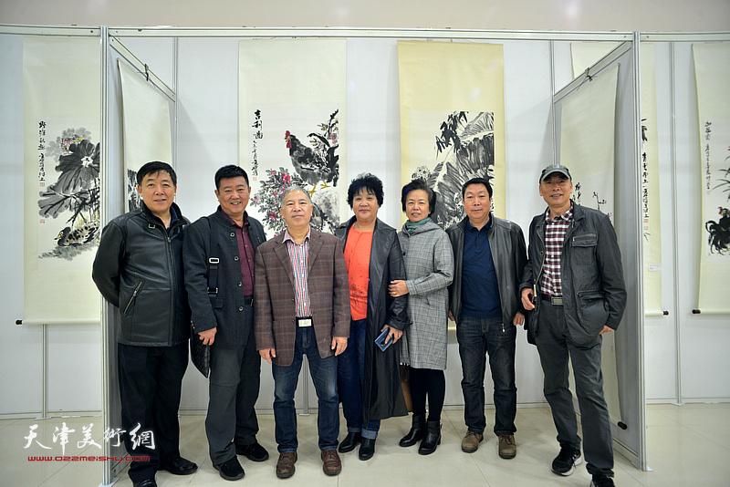 金石与张斌、王志毅、孙敬山等在画展现场。
