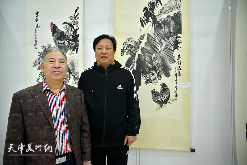 金石与王连宏在画展现场。