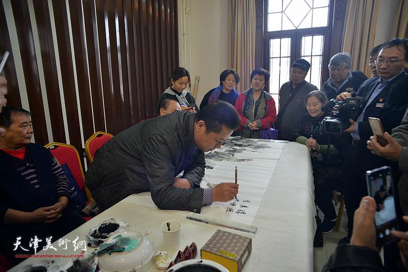王鸿鑫在画展现场创作。
