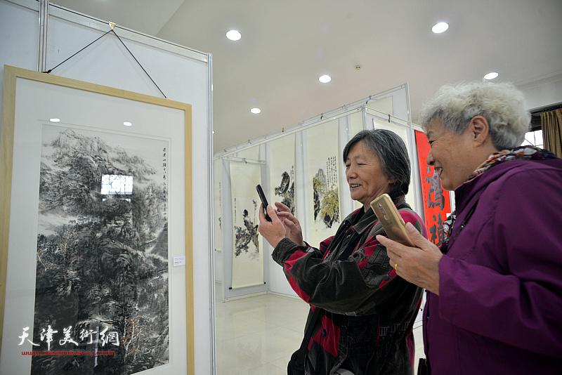 """""""新时代新征程一庆祝改革开放四十周年书画展""""现场。"""
