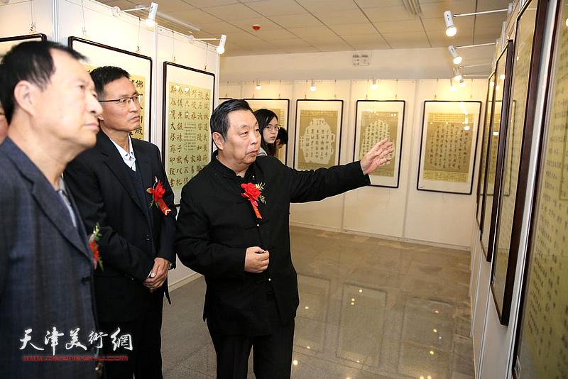 马魏华陪同雄县、鄚州镇的各级领导观赏作品。