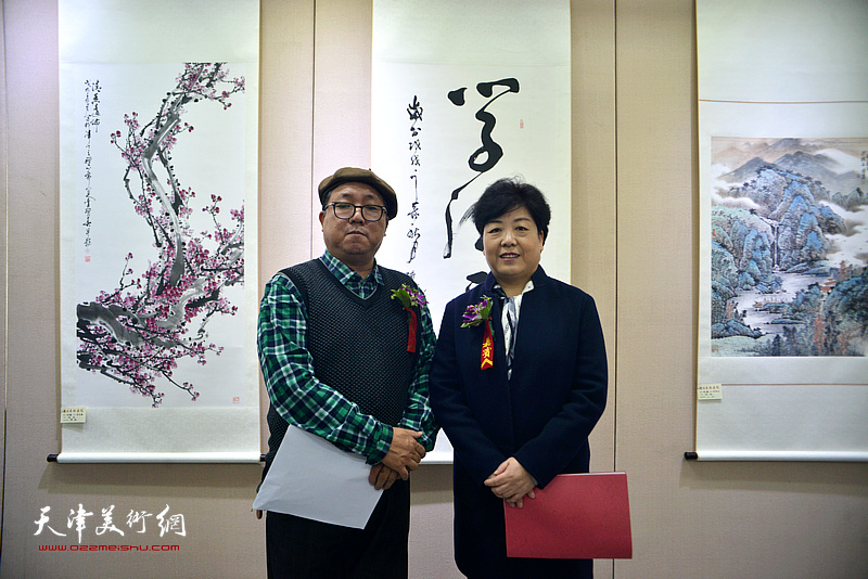 刘颜明、赵清在展览现场。