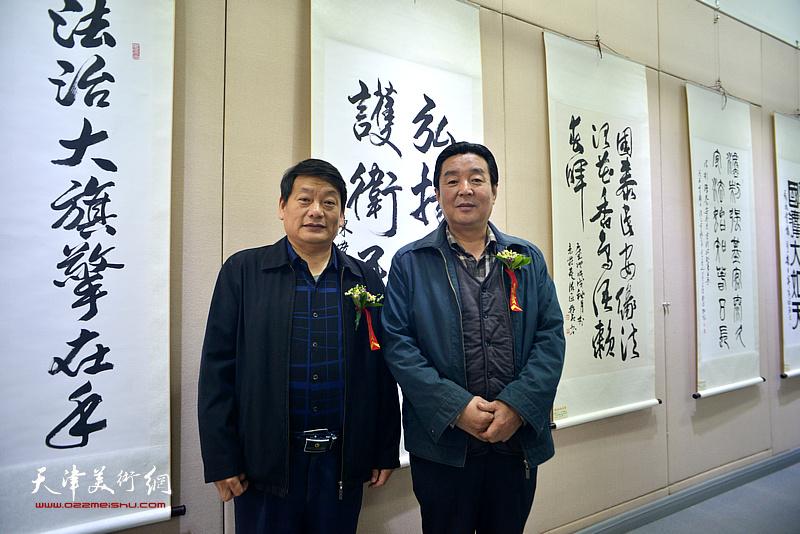 王庆普、陈伟明在展览现场。