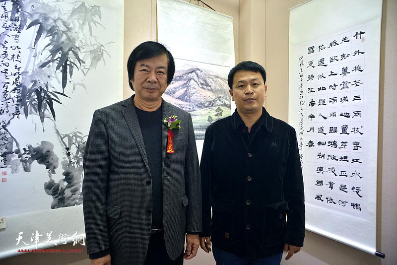 史振岭、张洪春在展览现场。