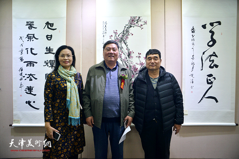李宝春等参展作者在展览现场。