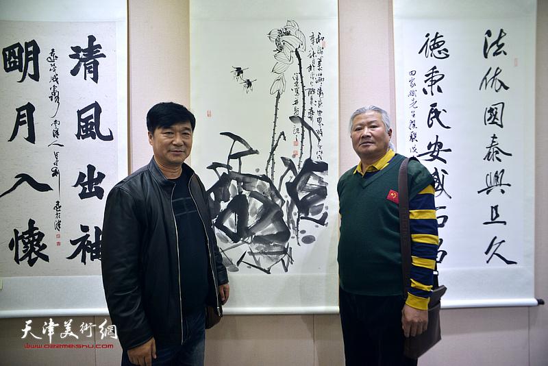 李培发、徐忠在展览现场。
