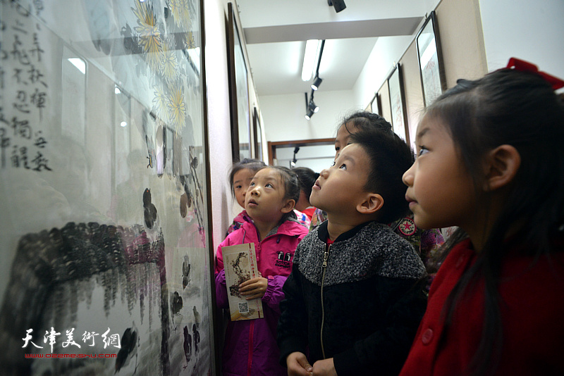 小观众们在展览现场。