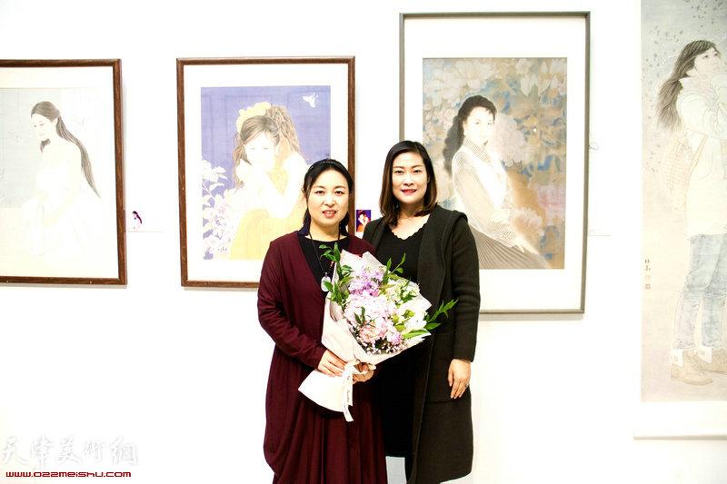 于栋华与赵丽艳在画展现场。