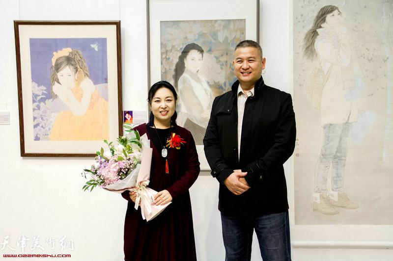 于栋华与马洪伟在画展现场。