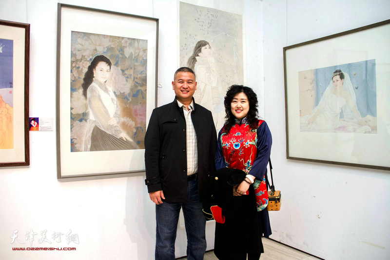 马洪伟.李佳在画展现场。