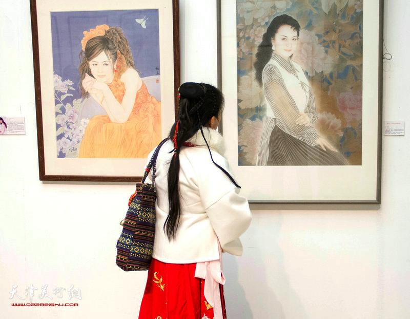 图为观众在欣赏展出的于栋华画作。